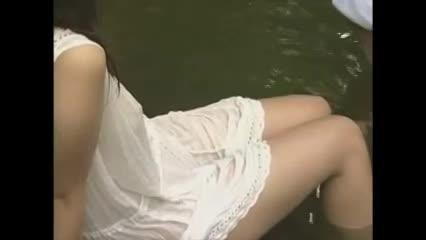 川で御あねさんをワンピース姿のまま泳がせて透けた服の上からミルク揉みしだく-