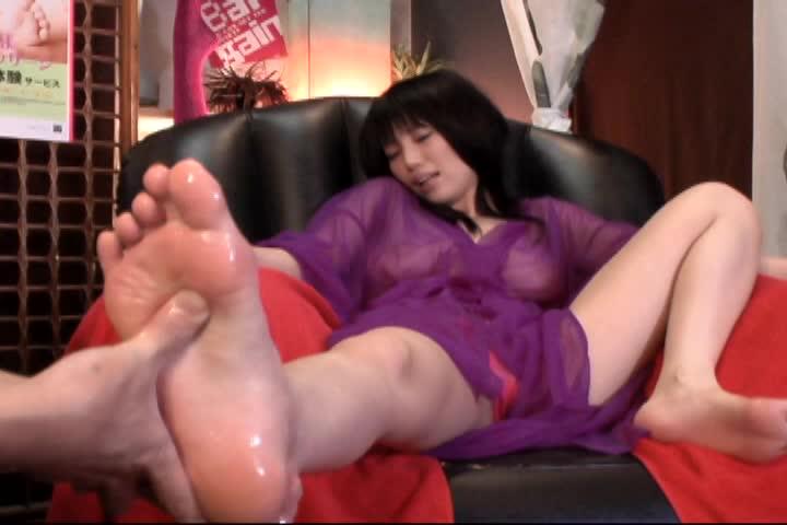 【素人】足ツボあん摩でマ●コずぶ濡れにして感じまくる美巨乳お女中さんをヤルww