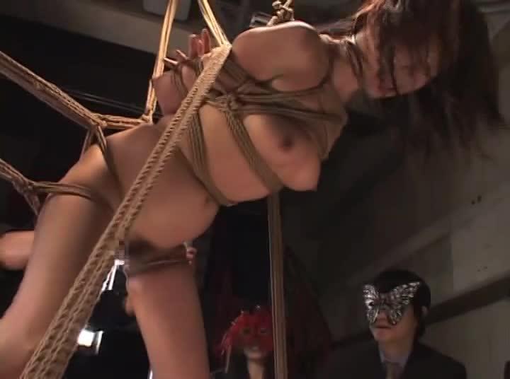 股を開き宙吊りにされたメス奴隷が辱め受けながら手マンで潮吹きアクメして痙攣しながら放心状態